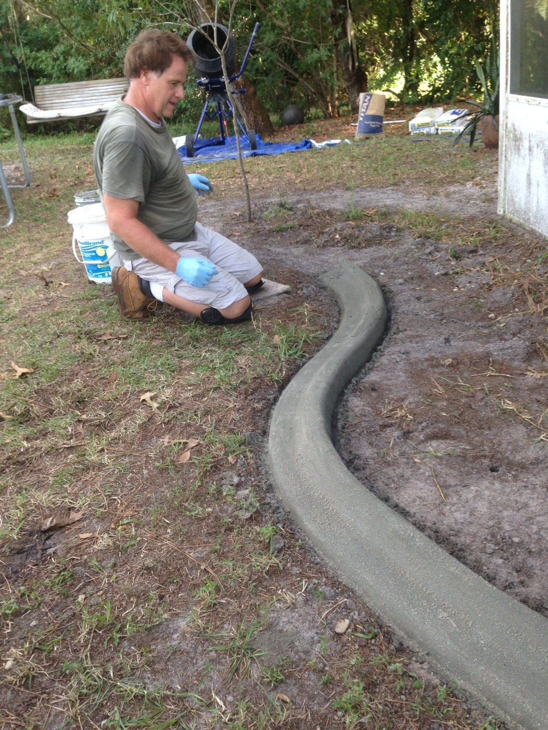 Custom concrete curbing edging landscaping do it yourself for Bordure de jardin pas chere