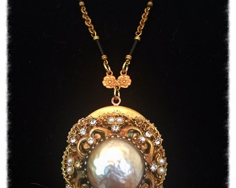 Gorgeous pearl locket