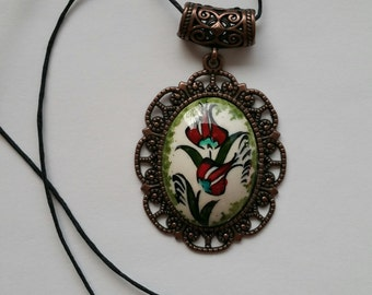 Necklace with Tulip motif