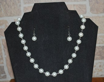 White fashion pearl necklace with matching earrings