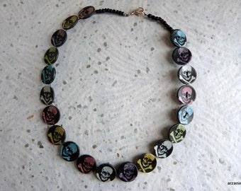 """Collier ras de cou """"tête de mort"""" -collier petits boutons- imprimé fond noir- tête de mort colorées"""