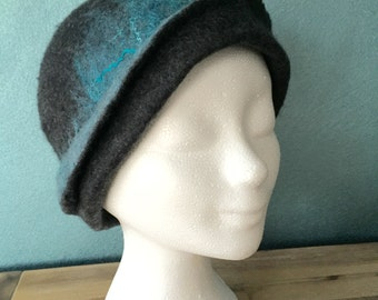 Handgevilt hat of Merino Wool with silk grey/turquoise