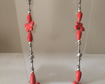 Necklace silver laminated with orange ceramic flowers.