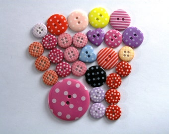 Mixed lot of 29 patterned plastic buttons, 13 mm to 34 mm