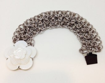 Chainmaille bracelet, lt. grey, mother-of-pearl clasp