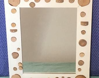 Miroir en bois blanc avec rondelles de bois et perles d'eau douce