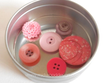 Pink button and cabochan magnet in gift tin