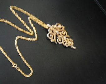 Boho vintage 70s gold tone metal necklace with a filigree-lace , dangle, bio color pendant. Made by Lisner.