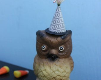 Vintage Style Halloween - Ceramic Owl Figure with Witch Hat. Gray Burst