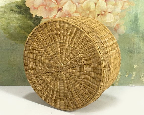 small vintage woven grass basket with lid natural by mysticlily. Black Bedroom Furniture Sets. Home Design Ideas
