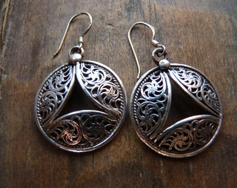 Filigree circle drop earrings with cut out