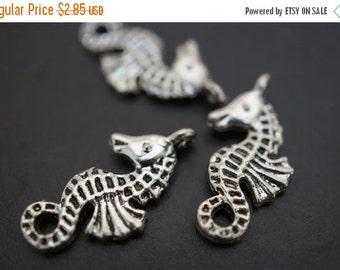 AUTUMN SALE Dainty and Cute Antique Silver Plated Metal Seahorse Charm Pendants - 10 pcs