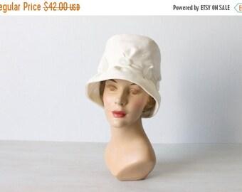 SALE Vintage 1950s White Cloche Hat / Summer Linen Hat / Button Detail / Linen