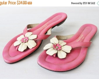 On SALE Vintage 1960s Pink Leather Thong Sandals with White Leather Flowers / 1960s Sandals /  Size 7