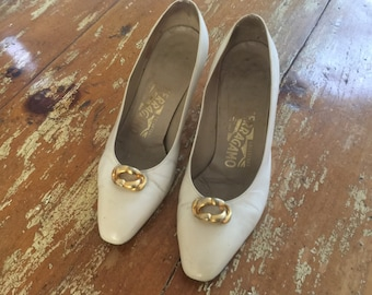 The Vintage Ferragamo Made in Italy Beige Cream Leather Pumps