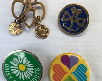 GIRL SCOUTS DAISY Scouts Brownie vintage pins 4 Buttons Pins jewelry good condition vintage
