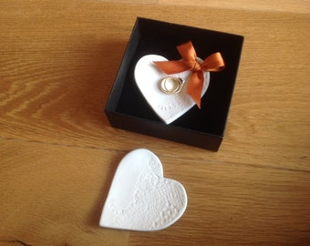 Bride and groom wedding gift porcelain ring plate pillow keepers coloured ribbon placecards