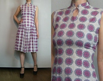 50s MEDALLION PRINT COTTON vtg Asian Mandarin Chinese Cheongsam Intricate Print Pleated Sleeveless Midi Dress xs Small 1950s 1960s