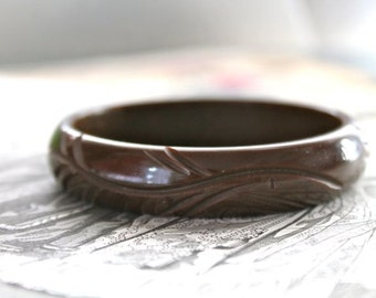 vintage 1940s bakelite bracelet - CHOCOLATE brown carved bracelet