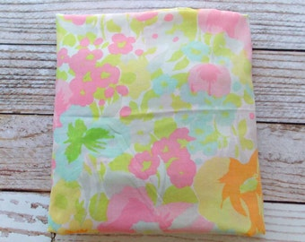 Vintage Queen Fitted Sheet / Retro Pink Floral Print / Vintage Bedding