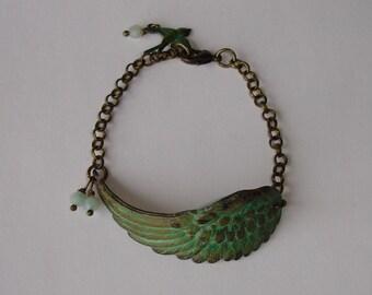 """Bracelet aile d'ange patinée vert-de-gris et perles semi-précieuses """"aventurine"""""""