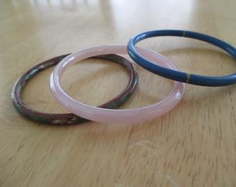 VINTAGE COSTUME JEWELRY  / 3 Glass bangle bracelets