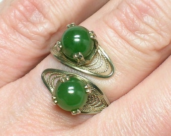 Vintage Silver Filigree Nephrite Jade Bypass ring from the 1960s. Gorgeous example