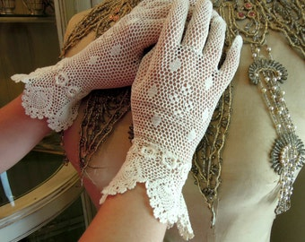 Antique Lace Victorian Gloves / Edwardian Ivory Gloves / Ivory Crocheted Gloves with Flowers  / Wedding Gloves / Mid Length Gloves