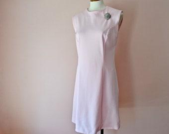 25 Sale. Vintage Summer Dress.  1970's Sleeveless Shift. Light Pink Tailored Dress.  Modern Size Medium Large - VDS192