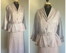 1950s Grey Skirt Suit with Fit-and-Flare Peplum Waist and Blush Pink Soutache Details - Skirt and Jacket with Wide Cuffed 3/4 Sleeves - XL