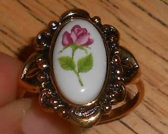 "Vintage AVON Gold Tone White Glass/Porcelain ""Rose Flower"" (Pink w/Green Leaves & Stem) Cameo Style Ring - Size 10"