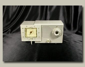 Westinghouse Tube Type AM Clock Radio c. 1955 - High Gloss Gray