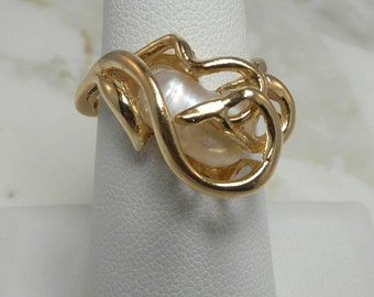 Stunning Solid 14 K Yellow Gold with Natural Pearl in a Modernistic Design