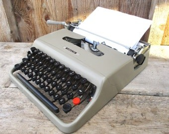 Typewriter Olivetti Lettera 22, Working Portable Manual Writing Machine, 1950 Vintage Italian Design