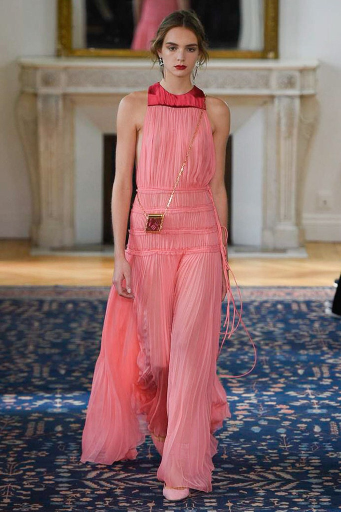 Unos de los vestidos de la nueva colección de Valentino. Foto Vogue España