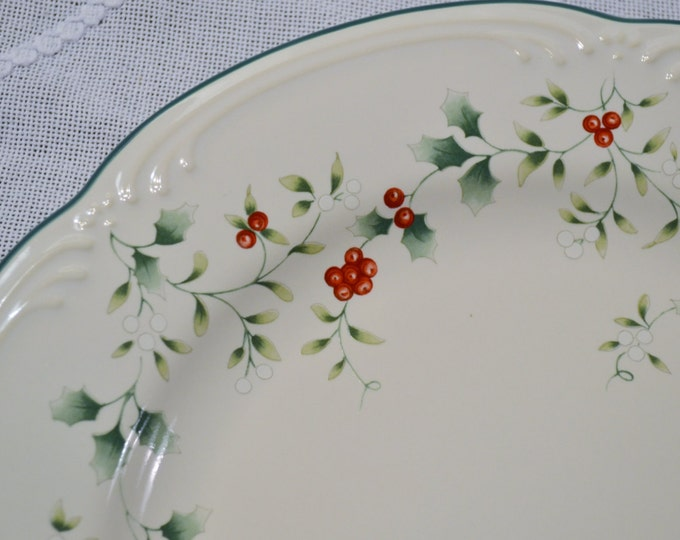 Pfaltzgraff Christmas Holly Winterberry Dinner Plate White Green Red USA PanchosPorch