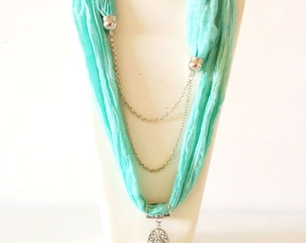 Necklace-scarf with chain and pendende