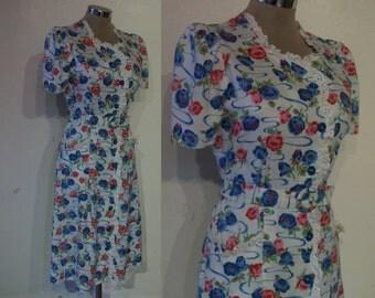 "Absolutely adorable 1940s print cotton day dress waist 29"" w/eyelet ruffles, self belt"