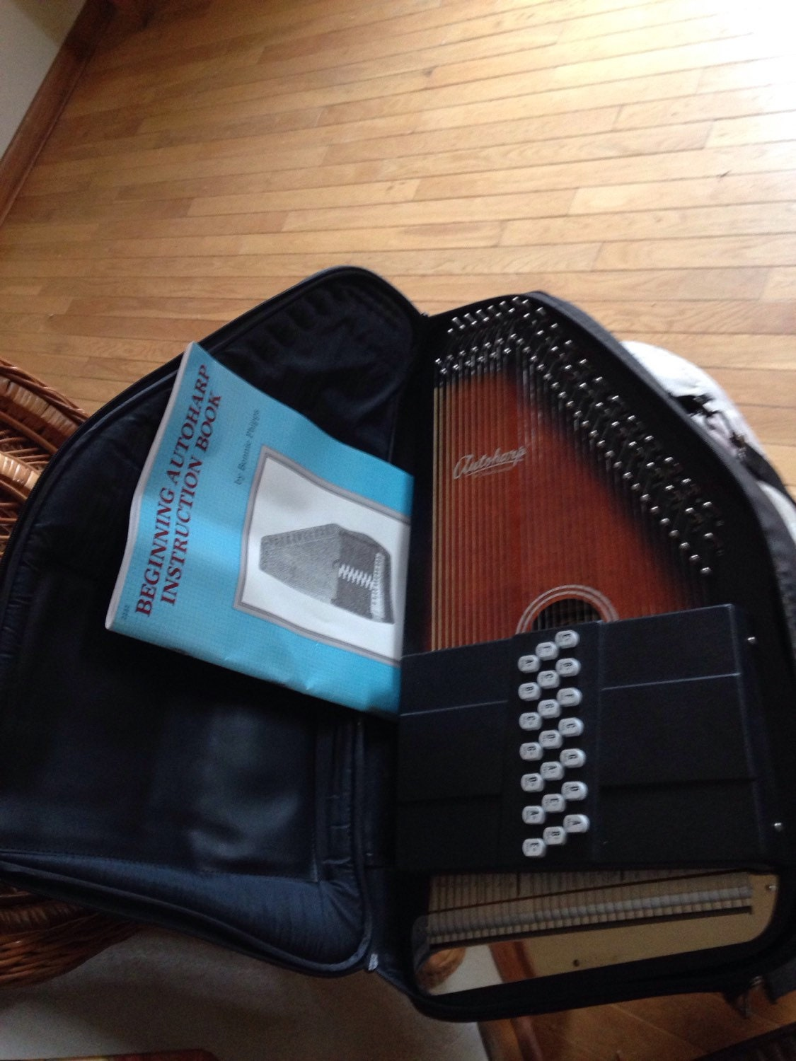 Similar in addition Vintage Musical Autoharp Instrument By also Musical Instruments Pre 1930 37974 moreover  on oscar schmidt autoharp 1980