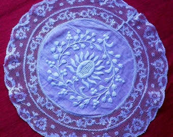 Superb old doily in Lopez and white color valenciennes lace, embroideries on Lopez, done entirely hand