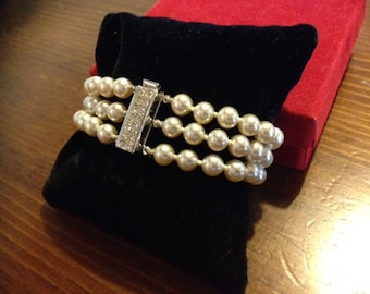 Pearl bracelet with 3 strands