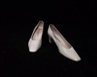 Beautiful White Heels, Rangoni Firenze White Designer Heels, size 7.5 AA, #2312