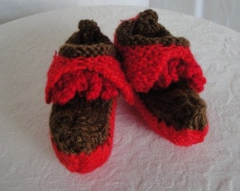 little elf red shoes, knit baby shoes, Christmas elf boots, novelty baby shoes, elf shoes tree decor, red pixie slippers, red/brown bootees