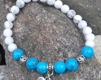 45) Bracelet - Howlite & Turquoise rehaussé d'une breloque en forme de coeur