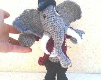 Mr Éléphant, gentleman-like, crocheted hand