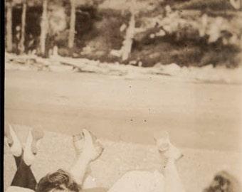 Vintage Snapshot photo3 Young Flapper Era Gals Kick up their Feet on Beach