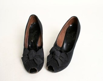Vintage 1940s Heels - Big Bow Suede Leather Pumps - size US 6