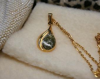 "Vintage 1970's Glitter Peridot Green Teardrop Pendant - Gold Tone Necklace - 18"" Chain"