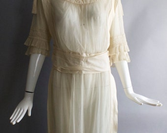 1900s EDWARDIAN English netting ethereal & romantic TEA gown wedding or lawn DRESS antique vintage 1905 white cream