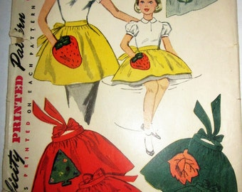 Simplicity 4511 Mother Daughter four season 40s Apron Pattern with Transfer Applique